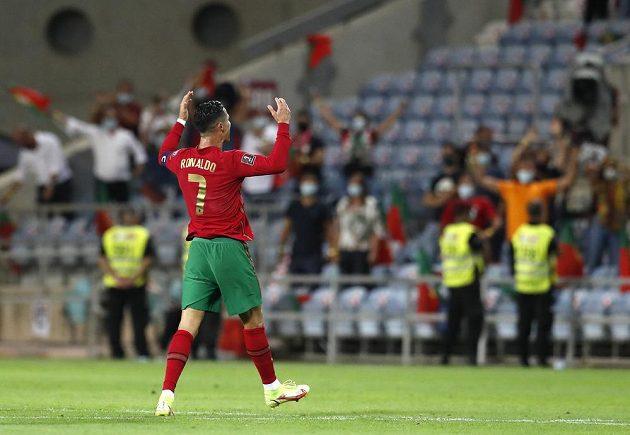 Cristiano Ronaldo se raduje z gólu proti Irsku.