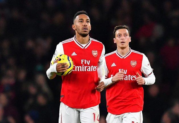 Fotbalisté Arsenalu Pierre-Emerick Aubameyang a Mesut Özil po nepovedeném utkání Premier League.
