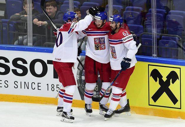 Zleva Robert Kousal, Tomáš Zohorna a Michal Řepík se radují z druhého českého gólu proti Norsku.