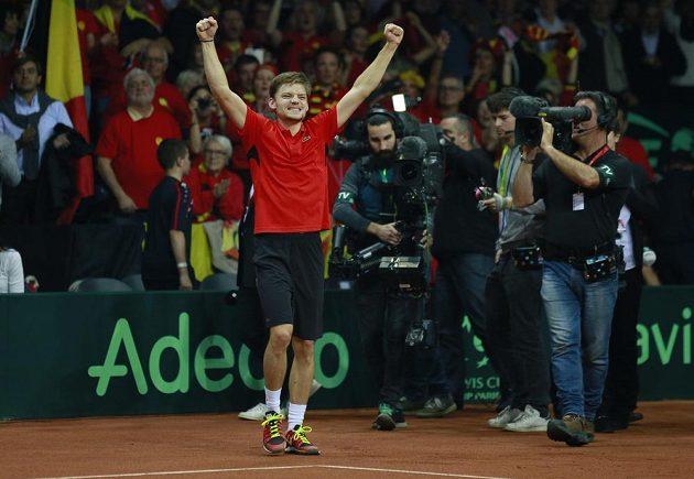 Belgický tenista David Goffin slaví vítězství nad Britem Kylem Edmundem ve finále Davisova poháru.