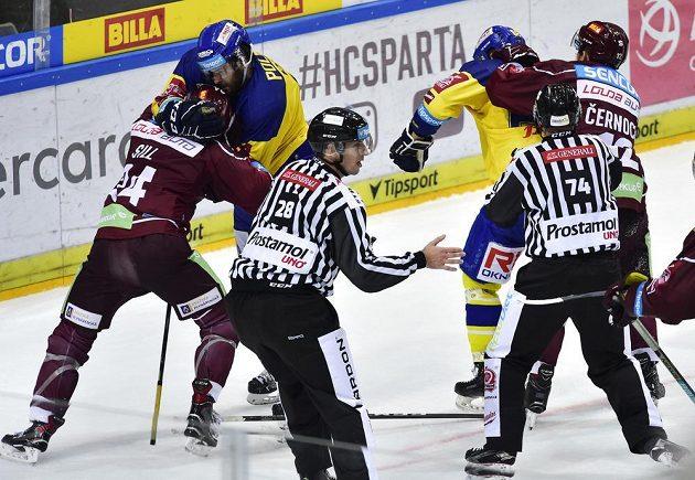 V utkání hokejové extraligy mezi Spartou a Zlínem byly k vidění o hromadné potyčky. Vlevo se perou Zach Sill ze Sparty a Michal Poletín ze Zlína, vpravo Jiří Černoch ze Sparty a Daniel Gazda ze Zlína.
