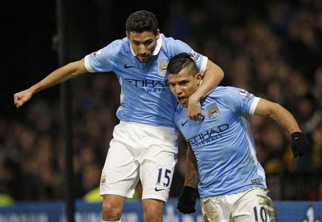 Útočník Manchesteru City Sergio Agüero (vpravo) slaví se spoluhráčem Jesusem Navasem gól proti Watfordu.