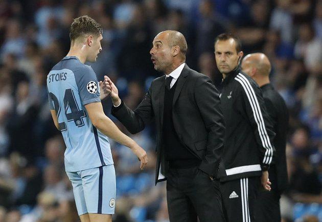Manažer Manchesteru City Pep Guardiola udílí pokyny svému svěřenci Johnu Stonesovi.