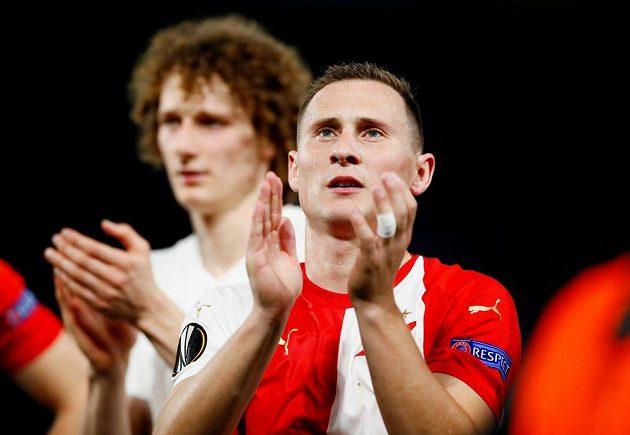 Fotbalista Slavie Jan Bořil aplauduje kotli fanoušků po utkání na hřišti Chelsea v Evropské lize.