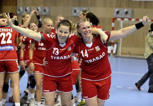České házenkářky Klára Černá a Petra Vítková (vpravo) se radují z vítězství nad Islandem, jež pojistilo postup na MS.
