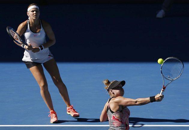 Lucie Šafářová (vzadu) a Bethanie Matteková-Sandsová během finále Australian Open.