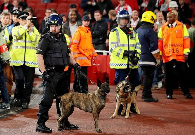 Policejní síly na Emirates Stadium byly v plné pohotovosti.
