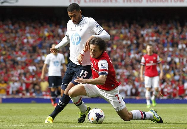 Tomáš Rosický z Arsenalu (vpravo) padá po souboji s Etiennem Capouem z Tottenhamu.