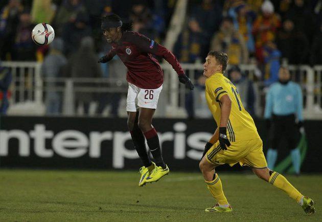Sparťan Costa odvrací míč před Aleksandrem Bucharovem z Rostova.