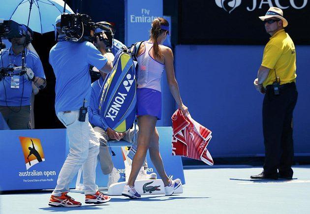Zklamaná srbská tenistka Ana Ivanovičová opouští Rod Laver Arenu po nečekané porážce s Lucií Hradeckou v prvním kole Australian Open.