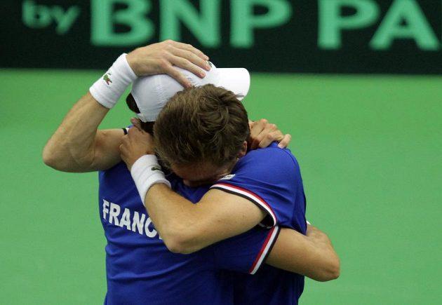Francouzi Nicolas Mahut a Pierre-Hugues Herbert (zády) se radují z výhry nad českou dvojicí Radek Štěpánek - Lukáš Rosol.