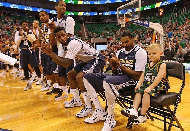 """Basketbalisté Utah Jazz s novou """"posilou"""" JP Gibsonem (zcela vpravo) na střídačce."""