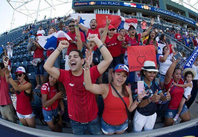 Fanoušci Panamy slaví bronzové medaile svých fotbalistů na letošním Zlatém poháru.