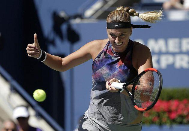 S palcem nahoře hrála během jedné výměny Petra Kvitová.