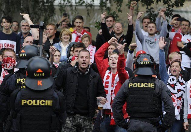 Příznivci fotbalové Slavie reagují nedaleko stadiónu svého týmu na fanoušky Sparty, kteří pochodovali z Letné do Vršovic.
