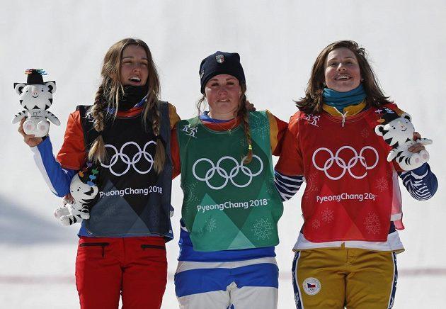 Tři nejlepší ze soutěže snowboardkrosařek - (zleva) stříbrná Julia Pereiraová de Sousaová z Francie, vítězka Michela Moioliová z Itálie a bronzová Eva Samková.