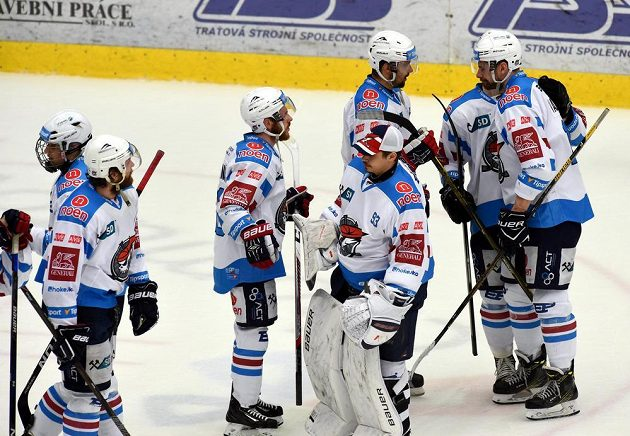 Smutek chomutovských hráčů po skončení semifinále play off hokejové extraligy. Piráti prohráli s Libercem a sezóna pro ně skončila.