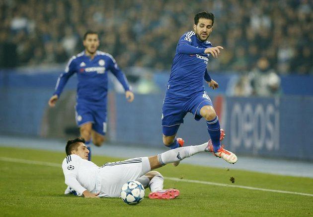 Záložník Chelsea Cesc Fábregas proniká přes bránícího Jevhena Chačeridiho z Dynama Kyjev.
