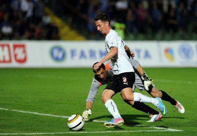 Plzeňský záložník Milan Petržela obchází před druhým gólem sarajevského brankáře Adnana Hadžiče.