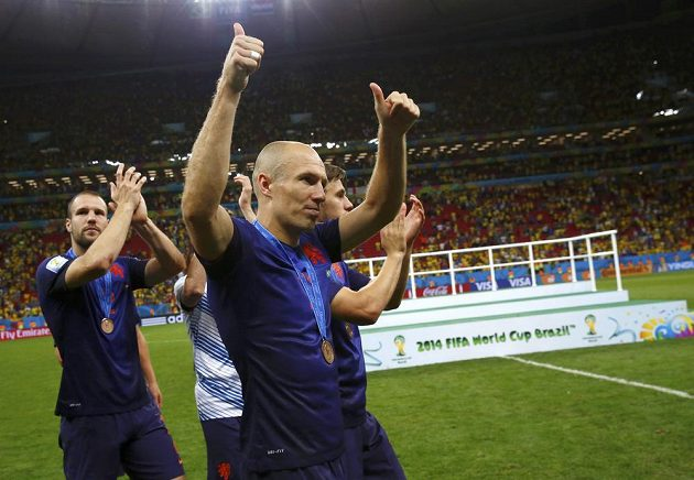 Arjen Robben děkuje po zisku bronzových medailí nizozemským fanouškům.