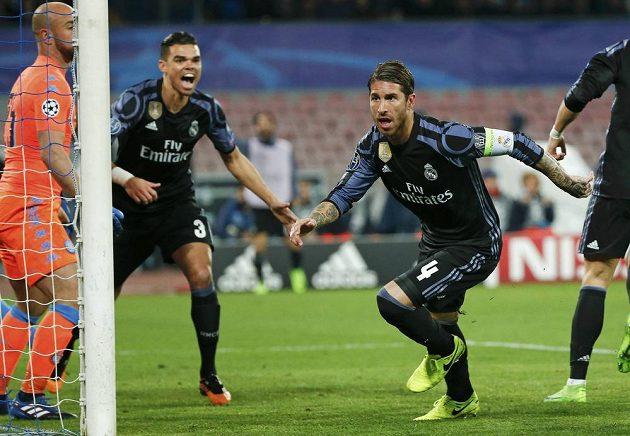 Hrdinou Realu Madrid byl v odvetě osmifinále Ligy mistrů na hřišti Neapole obránce Sergio Ramos, který vstřelil dvě góly španělského týmu.