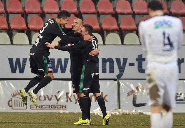 Fotbalisté Příbrami slaví gól proti Slovácku. Druhý zleva je autor branky Roman Bednář.