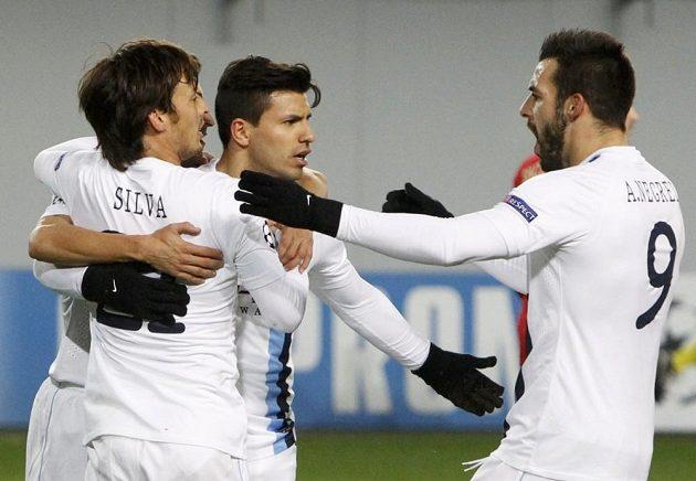 Útočník Manchesteru City Sergio Agüero (uprostřed) se raduje se spoluhráči Alveraem Negredem (vpravo) a Davidem Silvou z gólu proti CSKA Moskva.