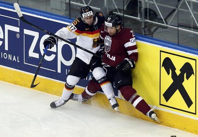 Němec Felix Schutz (vlevo) v souboji s Marisem Jassem z Lotyšska.