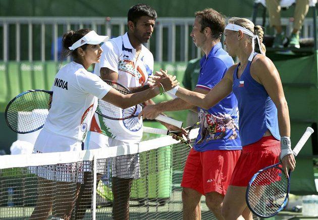 Konec. Radek Štěpánek a Lucie Hradecká přijímají gratulace ke třetímu místu na olympiádě v Riu. Porazili indický pár Sania Mirza a Rohan Bopanna.