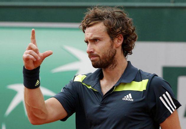 Gulbis gestikuluje během čtvrtfinálovém duelu na French Open.