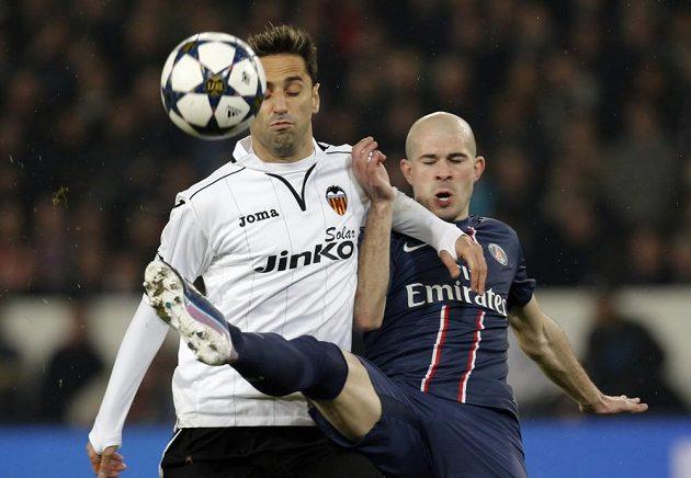 Jonas (vlevo) z Valencie svádí souboj s Christophem Jalletem z Paris St. Germain.
