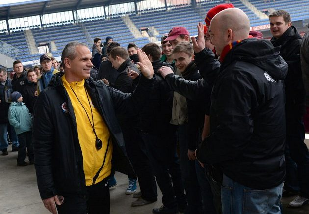 Trenér Sparty Praha Vítězslav Lavička se zdraví s fanoušky během otevřeného tréninku pro fanoušky před utkáním s Plzní.