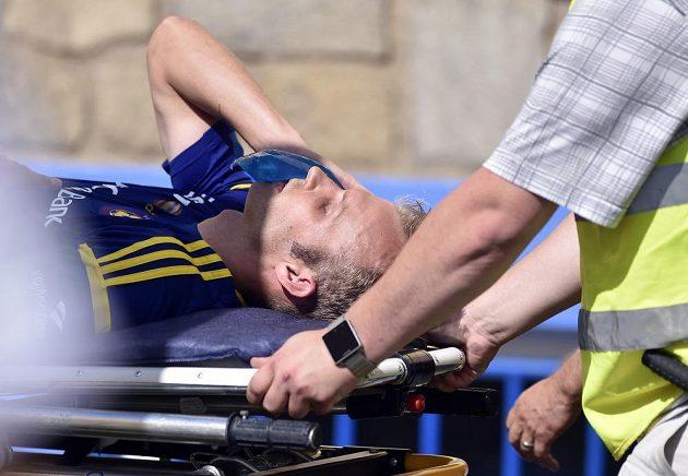 Pořadatelé odnášejí zraněného jihlavského kapitána Lukáše Vaculíka.
