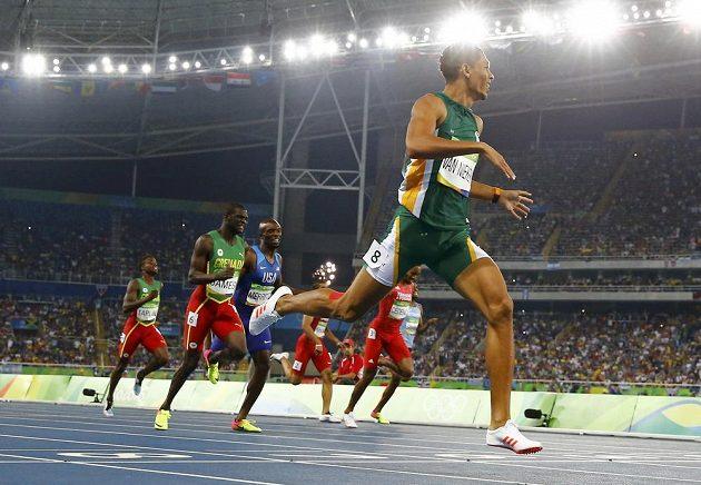 Jihoafričan Wayde van Niekerk vbíhá do cíle.