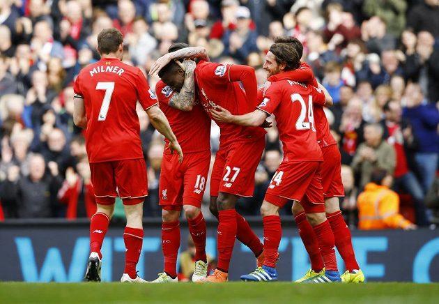 Fotbalisté Liverpoolu se radují po jedné z branek, kterou vstřelili Stoke.