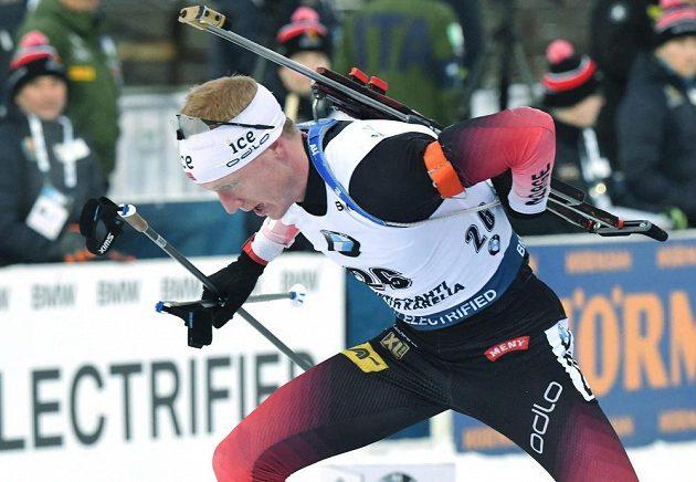 Nor Johannes Thingnes Bö na cestě k výhře v posledním sprintu sezony v Kontiolahti.