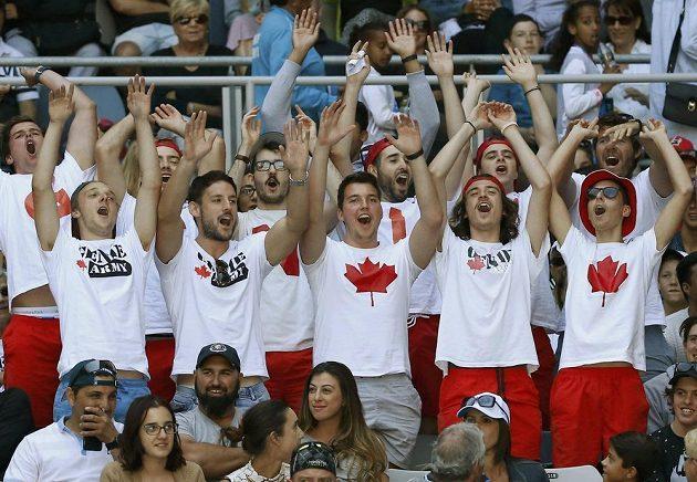 """""""Genie Army"""", tedy fanklub kanadské tenistky Bouchardové složený z australských mladíků."""