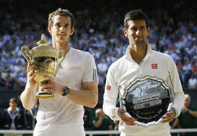 Pózující aktéři finále Wimbledonu s trofejemi. Vlevo vítěz Andy Murray, vpravo Novak Djokovič.