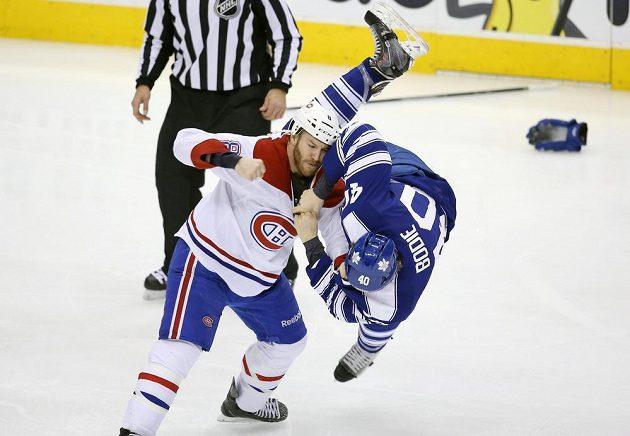 Tradiční kanadské derby mělo náboj. Nakonec dokázalo Toronto porazit Montreal na jeho domácí půdě. Na snímku v bitce Brandon Prust z Canadiens a Troy Bodie z Maple Leafs.