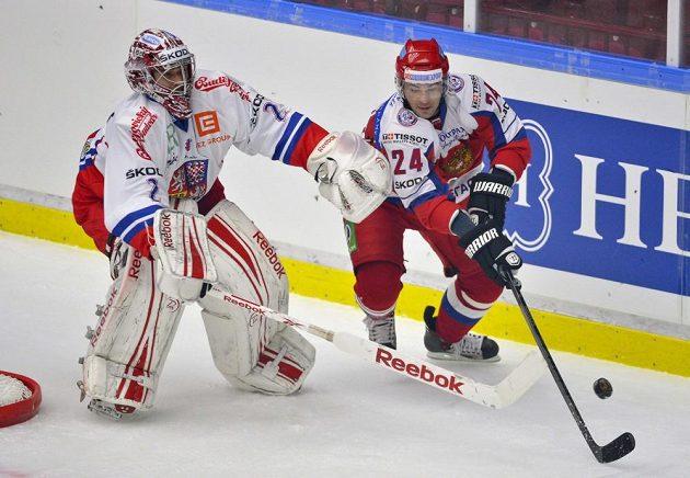 Gólman Jakub Kovář atakuje za svou brankou ruského útočníka Alexandra Popova.
