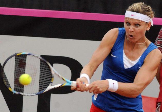 Lucie Šafářová vrací míček v utkání semifinále Fed Cupu proti Italce Saře Erraniové.