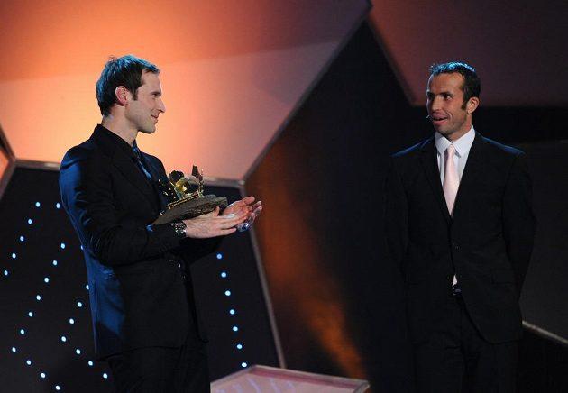 Petru Čechovi (vlevo) přišel pogratulovat i daviscupový reprezentant tenista Radek Štěpánek