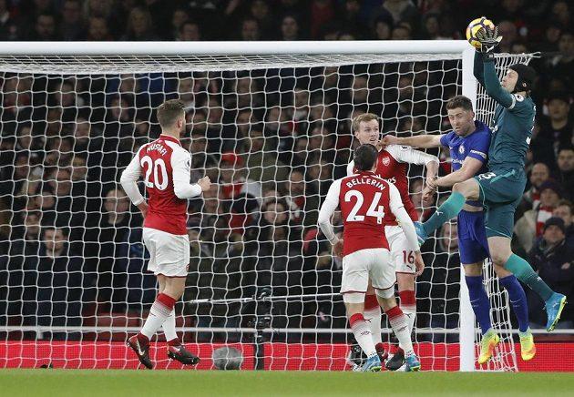 Brankář Arsenalu Petr Čech stahuje bezpečně jeden z centrů v utkání Premier League s Chelsea.