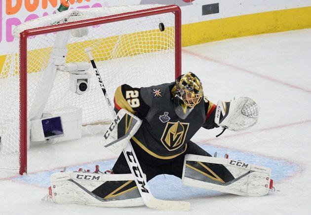 Hokejový útočník Jakub Vrána (není na snímku) z Washingtonu se trefil, puk je za zády brankáře Vegas Golden Knights Marca-Andreho Fleuryho.