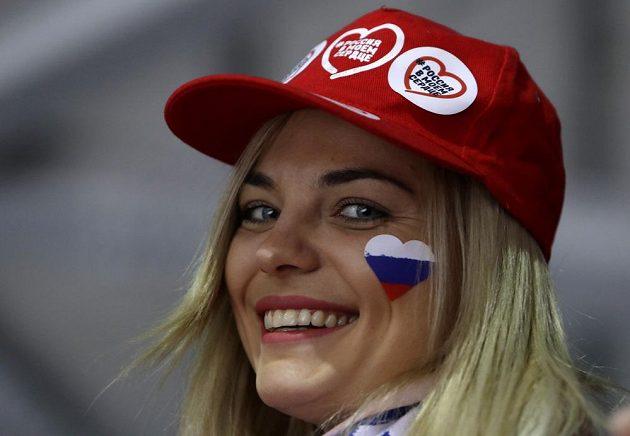 Ruská fanynka rozdávala během hokejového finále úsměvy na všechny strany.