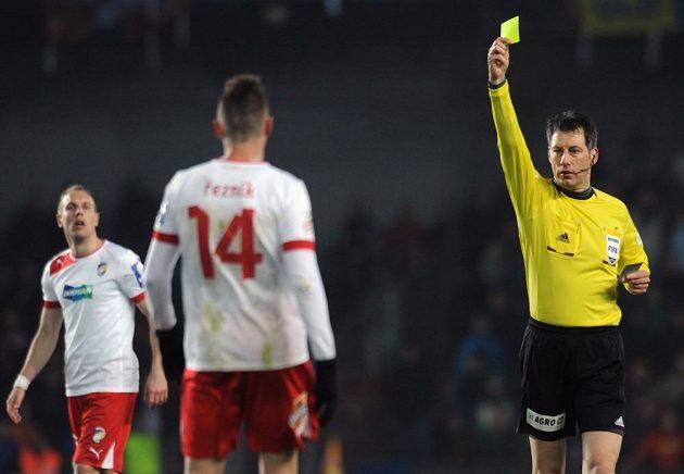 Německý rozhodčí Wolfgang Stark udílí žlutou kartu Radimu Řezníkovi z Plzně.