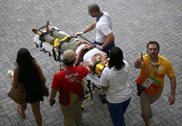 Žena, kterou zranila kameru, je odvážena k sanitce.