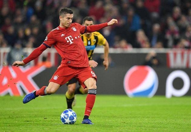 Kanonýr Bayernu Robert Lewandowski proměnil penaltu a Mnichovští vedli v utkání Ligy mistrů.
