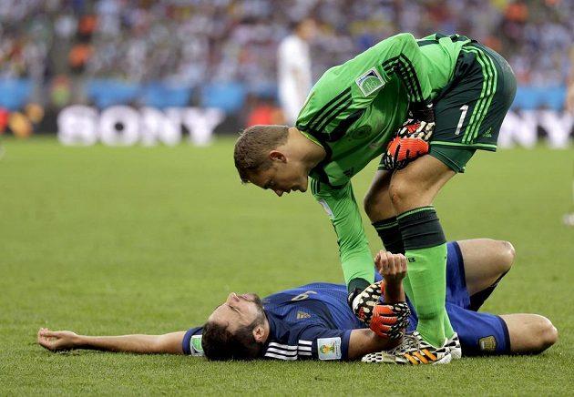 Mnohým zatrnulo. Manuel Neuer zkoumá stav Gonzala Higuaína.