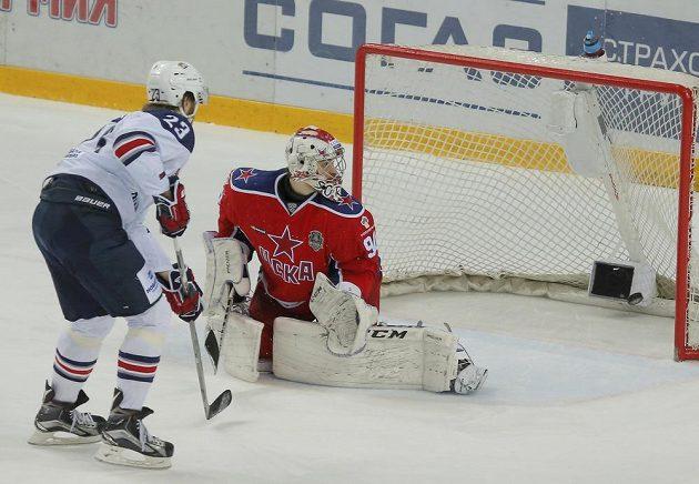 Jevgenij Timkin překonává Ilju Sorokina v brance CSKA Moskva.